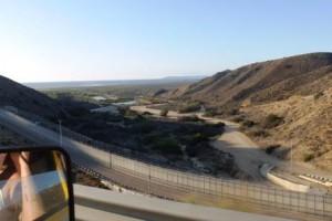 """""""Grenzsicherungsanlage"""" zwischen den USA und Mexico."""