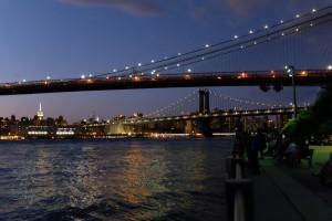 Brooklyn- und Manhattan-Bridge bei Nacht