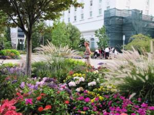 Parkanlagen auf dem Tempelsquare mit junger, attraktiver Mormonin