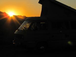 Sonnenaufgang mit Bus
