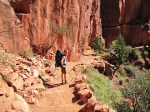 Claudia wandert durch die Schichten des Navajo Sandstein