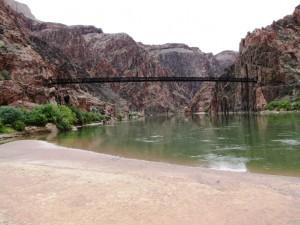 Colorado River mit Hängebrücke