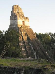 Tikal: Tempel am Hauptplatz