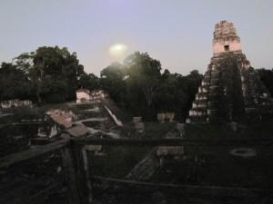 Tikal: Der Vollmond geht auf