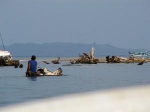 Ein Kuna fährt raus in die Bucht.