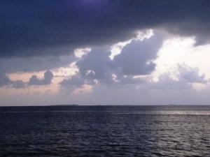 Wolken über dem Archipel mit Inseln im Hintergrund